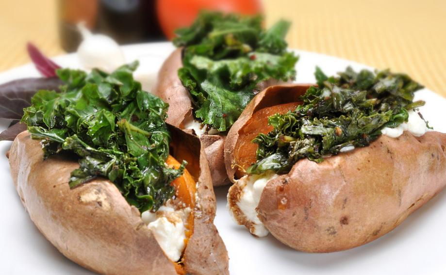 SWEET POTATO WITH RICOTTA KALE MAKES 4 SERVINGS 4 medium sweet potatoes 2 tbsp olive oil 2 garlic cloves 1 bunch of chopped kale Coarse salt and ground pepper 1 to 2 tbsp balsamic vinegar 1/2 tsp