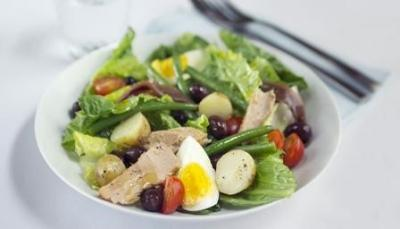 Salad Nicoise Lunch Serves: 2 small tin of Tuna, drained 50g Green Beans, topped, tailed & steamed 1 hard-boiled Egg, quartered 8 Black Olives, halved 2 chopped Anchovy Fillets 1 tbsp Olive Oil 1 tsp