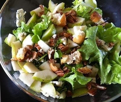 Chicken Blues Serves: 1 125g Chicken Breast, cooked & chunks 1 Apple, sliced 25g Blue Cheese, cubed handful Lettuce Leaves 25g Chopped Walnuts Dressing 2 tsp Thyme leaves, chopped 2