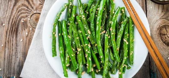 Sesame Green Beans Prep Time: 5 Min Cook Time: 10 Min Total Time: 15 Min 1 lb green beans 1 tbsp sesame oil 1 garlic clove, minced 1 tbsp sesame seeds 1 Heat the sesame oil with the garlic until