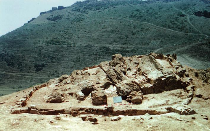 tamara l. bray Fig. 1 Photograph of Summit Temple at the site of Pueblo Viejo consisting of carved rock outcrop surrounded by low stone wall. Courtesy of K. Makowski.