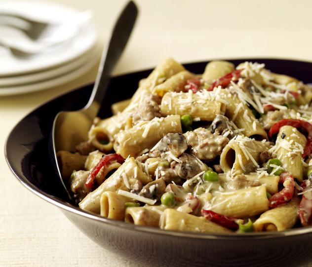 RIGATONI WITH CREAMY SAUSAGE SAUCE 225g uncooked rigatoni 1/8 tsp salt 225g raw low fat sausage, removed from casings 225g mushrooms, 1 Tbsp minced garlic 2 Tbsp plain flour 360ml skimmed milk 140g
