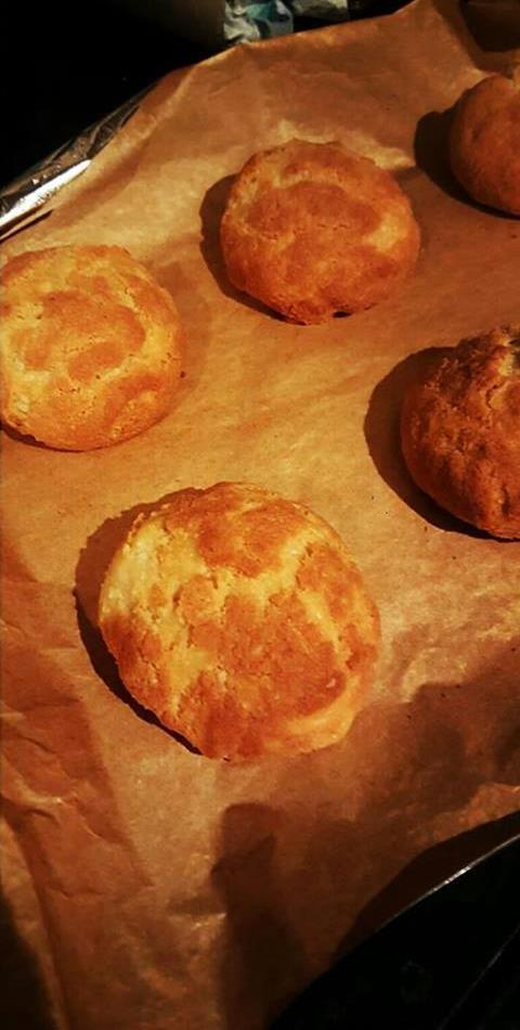 Cheese scones Low carb treats 1 Egg 150g Almond flour 1tsp baking powder 50g butter 50ml double cream 80g cheese Salt Pepper 1 Mix the butter in to the almond flour until it become a sand like