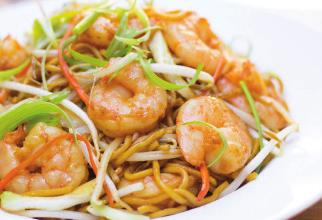 16 海鮮兩麵黃 Beef Chow Fun Shrimp Shanghai Lo Mein 可供素食 Vegetarian Available Seafood Pan Fried Noodles 飯類 RICE Vegetarian Available All Fried Rice Entrées comes with Peas,