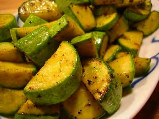 Zucchini with Cheese Serves: 6 Serving Size: ¾ cup 1 tablespoon of vegetable oil 1/2 cup onion, sliced 2 cloves minced or crushed fresh garlic (or 1/2 teaspoon garlic powder 4 cups zucchini, washed