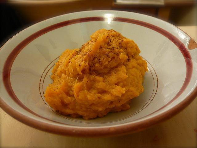 Mashed Sweet Potatoes with Onions and Garlic Serves: 4-6 Ingredients 3 sweet potatoes 1 large sweet onion, thinly sliced 8 whole garlic cloves ¼ cup olive oil Milk Salt, to taste Pepper, to taste