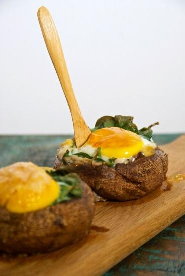 Portobello Spinach and Egg Sandwich [Serves 2] 2 portobello mushrooms, stem removed 1 teaspoon extra virgin olive oil 2 tablespoons hummus 1 cup spinach (1/2 cup per mushroom) 2 eggs 1 tablespoon