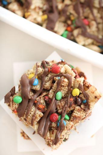 SMALLER FAMILY- CHEWY CHEX BARS RECIPE D E S S E R T Serves: 4 Prep Time: 15 Minutes Cook Time: 3 Minutes 1/8 cup butter 1/2 (10 ounce) bag large marshmallows 4 cups Rice Chex cereal 1 cups of candy