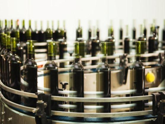 Resource efficiency in UK wine production 7 Image 2: Wine bottling line Packaging Typical packaging for wine is 75cl glass bottles, though other sizes are also available.