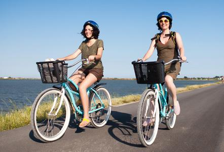 You can then get to the beach by cycling or 3 km! The Californian bikes can also be taken with a small trailer to transport kids under 2 years old or a baby s seat.