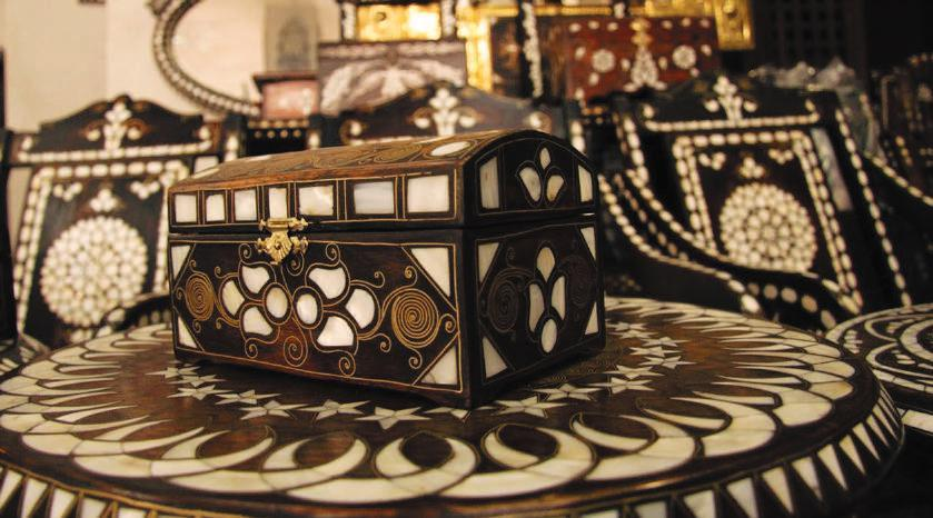 Gaziantep Sedef El İşlemeciliği: The prolific craftsmen of Gaziantep usually work with walnut trees, from which they succeed in producing many spectacular items.