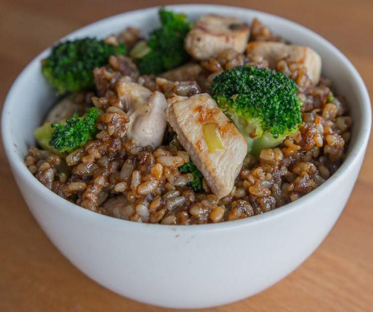 CHICKEN BROCCOLI BROWN RICE MEAL 6oz raw chicken breast 1) Chop chicken breast into Olive oil spray small pieces. Set it aside.