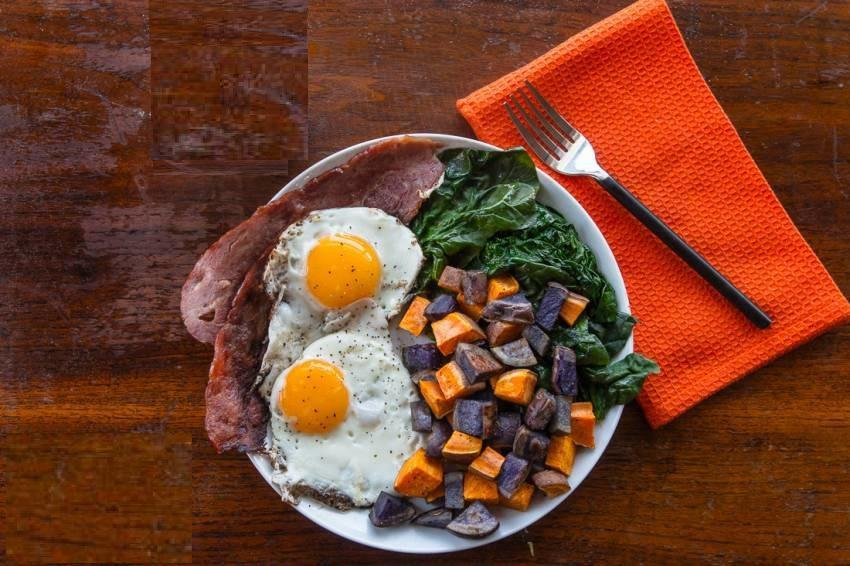 EGGS, BACON, SPINACH & ROASTED POTATOES 75 g sweet potato 1) Set oven to 420F. 75 g red fingerling potato 2) Chop potatoes into pieces. Olive oil spray Spray with olive oil.