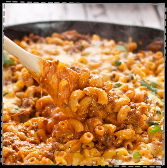 Easy Chili Mac Skillet Dinner Cook Time: 30 mins 1 ound extra lean ground beef 1 large onion, chopped 2 teaspoons fresh minced garlic 1 small red pepper, diced One 15-ounce can red kidney beans,