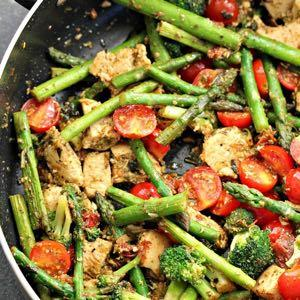 DAY 1 SMALLER FAMILY HEALTHY PLAN CHICKEN PESTO AND ASPARAGUS SKILLET M A I N D I S H Serves: 4 Prep Time: 10 Minutes Cook Time: 25 Minutes Calories: 228 Fat: 12.5 Carbohydrates: 7 Protein: 23.