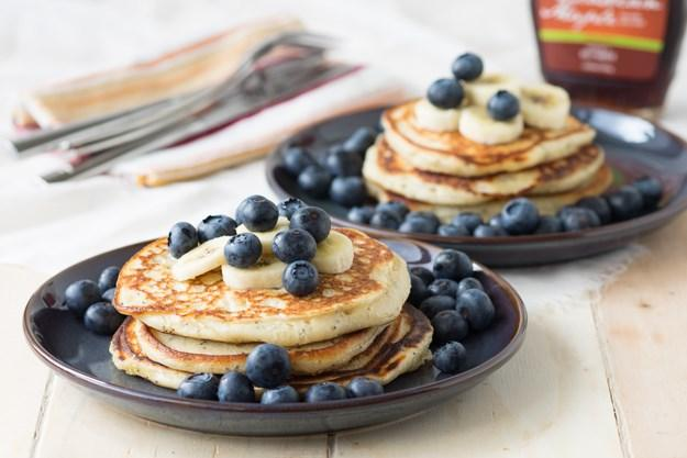 Vanilla Yogurt Pancakes with Poppy Seeds 1 medium egg 1 cup low-fat vanilla yogurt 1/4 teaspoons baking soda 1 cup all purpose flour 2 teaspoons baking powder 1 teaspoon poppy seeds 1 tablespoons