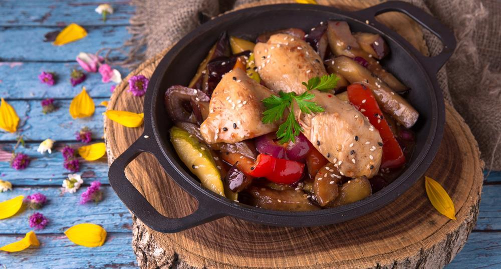 Easy Chicken in Wine Sauce (serves 3-4) 4 tablespoons extra-virgin olive oil 1 clove garlic, crushed 3 boneless, skinless chicken breasts, cut into strips 1/8 teaspoon salt 1 4 teaspoon coarsely