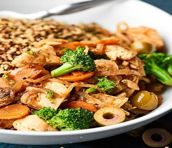 Easy Moroccan Chicken 1 tablespoon coconut oil 1 pound boneless skinless chicken breasts 2 large carrots, thinly sliced 1/2 yellow onion, thinly sliced 1/2 head broccoli, cut into small florets 2