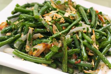 GREEN BEANS w/ Garlic 11/2 pounds fresh string beans (both ends removed) salt 2 tablespoons unsalted butter 1 tablespoon extra virgin olive oil 2 to 3 garlic cloves, sliced Ground black pepper Blanch